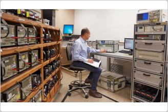 Multímetro de referência Fluke 8588A no laboratório de padrões de calibração